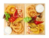 Nourriture de restaurant - les fruits de mer rôtis avec les légumes grillés assortissent Photo stock