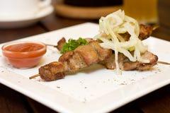 Nourriture de restaurant - viande sur des brochettes Photographie stock libre de droits