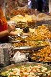 Nourriture de rue : buffet épicé de cuisine indienne photos libres de droits