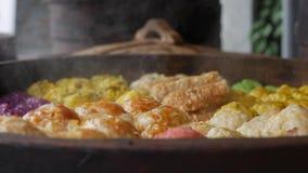 Nourriture de rue : dim sum frais dans le vapeur en bambou, cuisine chinoise à vendre à un marché local de nuit closeup 4K clips vidéos