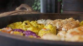 Nourriture de rue : dim sum frais dans le vapeur en bambou, cuisine chinoise à vendre à un marché local de nuit closeup 4K banque de vidéos