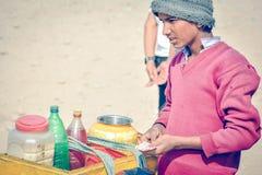 Nourriture de rue de garçon se vendant sur la route Image libre de droits