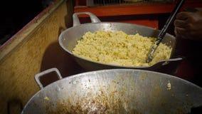 Nourriture de rue de riz frit en Indonésie avec la casserole traditionnelle photos stock