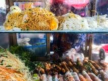 Nourriture de rue sur le chariot de nourriture en Tha?lande photos libres de droits