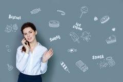 Nourriture de sourire et de commande de comptable positif par le téléphone images libres de droits