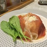Nourriture de styliste, spaghetti crémeux faits maison de carbonara de lard de fusion avec le jambon de Parme et épinards frais Image libre de droits