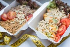 Nourriture de Vegan pour la perte de poids en plan rapproché de boîtes avec un foyer mou Photo stock