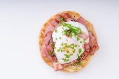Nourriture delish de Benedict d'oeufs, lard croustillant Images stock
