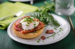 Nourriture delish de Benedict d'oeufs, lard croustillant Photographie stock libre de droits