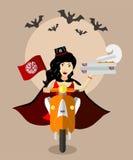 Nourriture-deliverygirl de vampire de Halloween sur le scooter avec des boîtes de pizza Photo stock