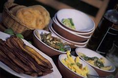 Nourriture des Caraïbes dans des cuvettes image libre de droits