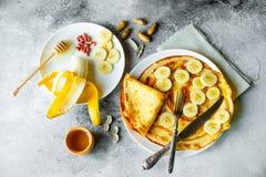 Nourriture, dessert, pâtisseries, crêpe, tarte Belles crêpes savoureuses avec la banane et le miel image stock