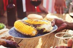 Nourriture diverse de déjeuner de personnes partageant le concept Photos stock
