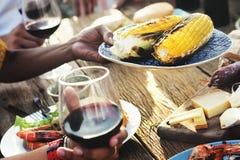Nourriture diverse de déjeuner de personnes partageant le concept Image libre de droits