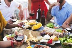 Nourriture diverse de déjeuner de personnes partageant le concept Image stock