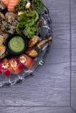 Nourriture du Japon Placez des petits pains avec la sauce de soja, le gingembre mariné, le wasabi et les baguettes photos libres de droits