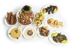 Nourriture du Moyen-Orient traditionnelle d'isolement sur le fond blanc, chemin de coupure inclus Image stock