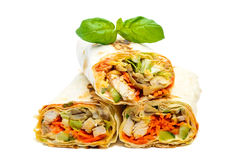 Nourriture du Moyen-Orient traditionnelle - shawarma Lavash a bourré du poulet, des légumes, des champignons et de la sauce photographie stock libre de droits