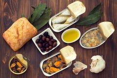 Nourriture en boîte sur le fond brun Image libre de droits