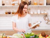 Nourriture entière saine à cuire femelle de mode de vie de passe-temps photo libre de droits