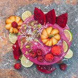 Nourriture et concept d'art Fruit admirablement con?u Cr?me glac?e avec le pitaya rose, tranches de fruit du dragon rouge, fraise photos libres de droits