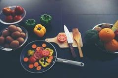 Nourriture et légumes frais et de saladier sur la table de cuisine dessus à image libre de droits