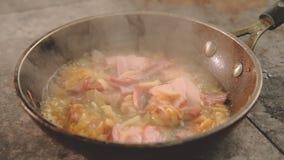 Nourriture faisant cuire le calmar d'oignon de lard de jambon de casserole d'ingr?dients banque de vidéos
