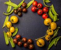 Nourriture faisant cuire le fond avec les tomates rouges et jaunes et le pois Copiez l'espace, vue supérieure Image libre de droits