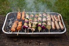 Nourriture faisant cuire sur le barbecue Image libre de droits