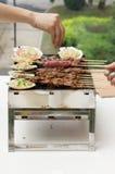 Nourriture faisant cuire sur le gril Images stock