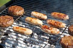 Nourriture faisant cuire sur un barbecue photographie stock libre de droits