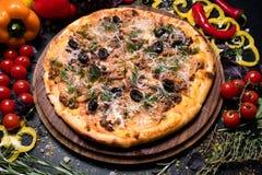 Nourriture faite maison Bolonais de pizza de repas italien photo stock