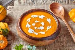 Nourriture faite maison crémeuse de régime organique sain végétal végétarien épicé traditionnel d'automne de soupe à potiron Photographie stock