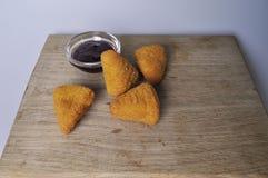 Nourriture frite - quelques casse-croûte frits avec de la sauce Photographie stock libre de droits