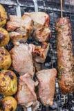 Nourriture frite sur le gril BBQ photo libre de droits