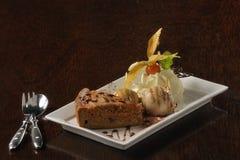 Nourriture : gâteau avec de la glace et la crème fouettée Images libres de droits