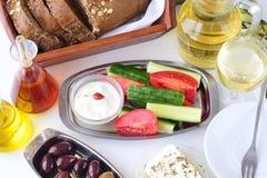 Nourriture grecque, mezedes Pots avec l'huile d'olive et le vinaigre de vigne, olives, feta, tzatziki, pain foncé, raki, betterav Photos libres de droits