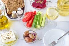 Nourriture grecque, mezedes Pots avec l'huile d'olive et le vinaigre de vigne, olives, feta, tzatziki, pain foncé, raki, betterav Image libre de droits