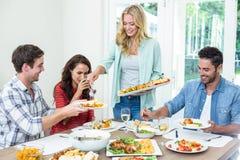 Nourriture heureuse de portion de femme aux amis Images libres de droits