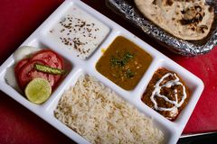Nourriture indienne avec du riz et un lait caillé qui vous rend toujours heureux tout en mangeant photo libre de droits