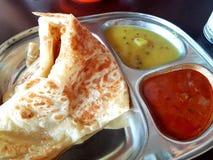 Nourriture indienne de Roti Paratha et du plongement de cari photographie stock