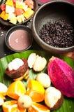 Nourriture indonésienne avec le fruit images stock