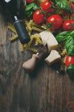 Nourriture italienne avec le fusilli cru, tomate, basilic, fromage Photographie stock libre de droits