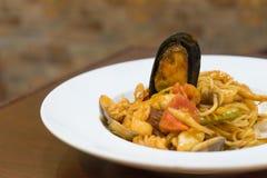 Nourriture italienne de fusion - filtrez les spaghetti frits avec l'huile d'olive avec la MU Photo stock