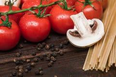 Nourriture italienne fraîche sur le fond en bois Photographie stock libre de droits