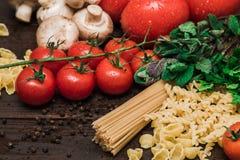 Nourriture italienne fraîche sur le fond en bois Images stock