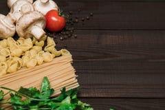 Nourriture italienne fraîche sur le fond en bois Photo libre de droits