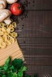 Nourriture italienne fraîche sur le fond en bois Images libres de droits