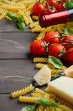 Nourriture italienne - fusilli, tomate, basilic, fromage et vin crus sur la table en bois Image stock