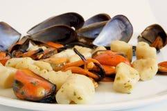 Nourriture italienne : gnocchi avec des moules Photos stock
